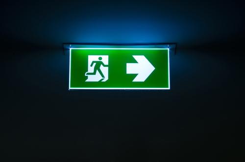 vervangingsverlichting is volwaardige verlichting die inschakelt bij stroomuitval en zorgt ervoor dat normale activiteiten onder zo goed als ongewijzigde