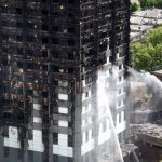 Arrestaties om vreugdevuur met model ramptoren Grenfell Tower