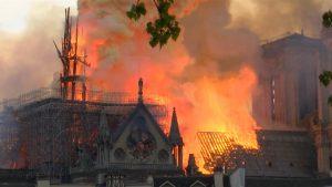 Video brand Notre Dame van uur tot uur